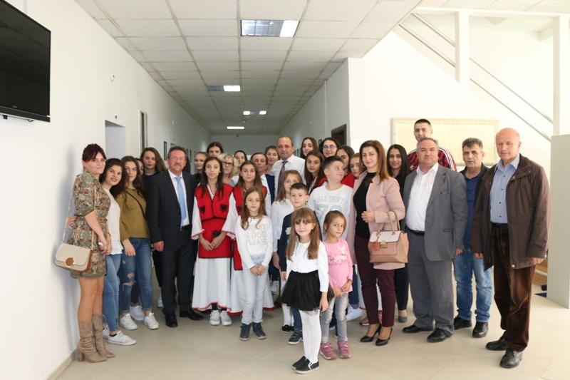 Nxënësit nga diaspora vizitojnë Ministrinë, kërkojnë më shumë shkolla shqipe në mërgim
