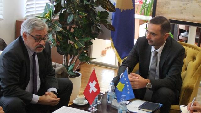 Ambasadori zviceran njoftohet me orientimet e MZHE-së