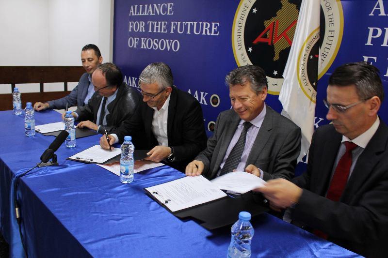 """AAK: Nënshkruhet marrëveshje ndërmjet """"VERILUX dhe AAK-së që siguron 500 vende të reja pune"""