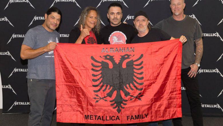 Fansi i Metallicas publikon imazh të bendit legjendar me flamurin kuq e zi