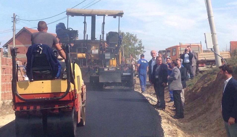 Në Smirë të Vitisë po asfaltohen disa rrugë rurale