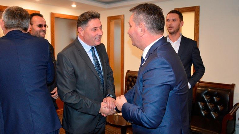 Ministri Pal Lekaj takon kryetarin e Kamenicës në largim Begzad Sinanin