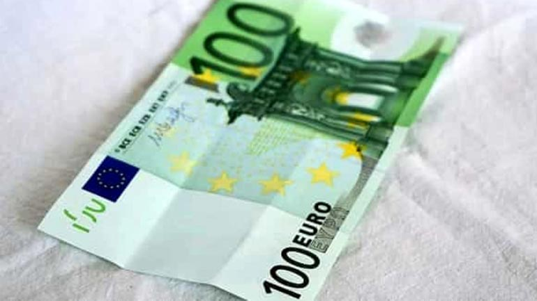 Deponon 100 € në bankë, dyshohet se janë false