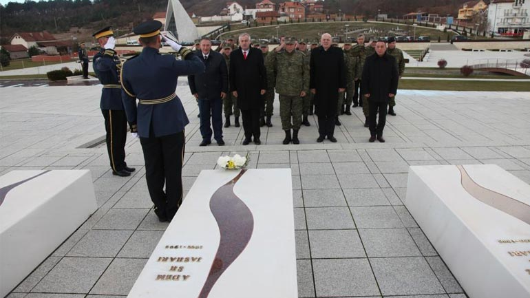 Ministri dhe komandanti i FSK-së bënë homazhe dhe nderime në Prekaz