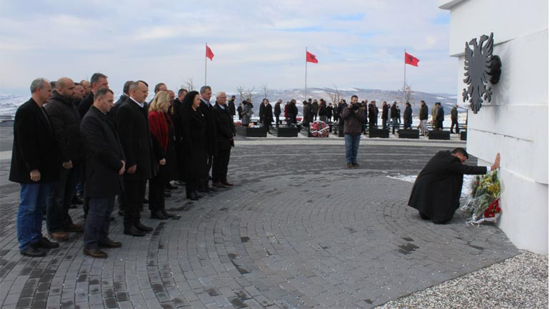 Haziri me bashkëpunëtorë bëri homazhe tek varrezat e dëshmorëve