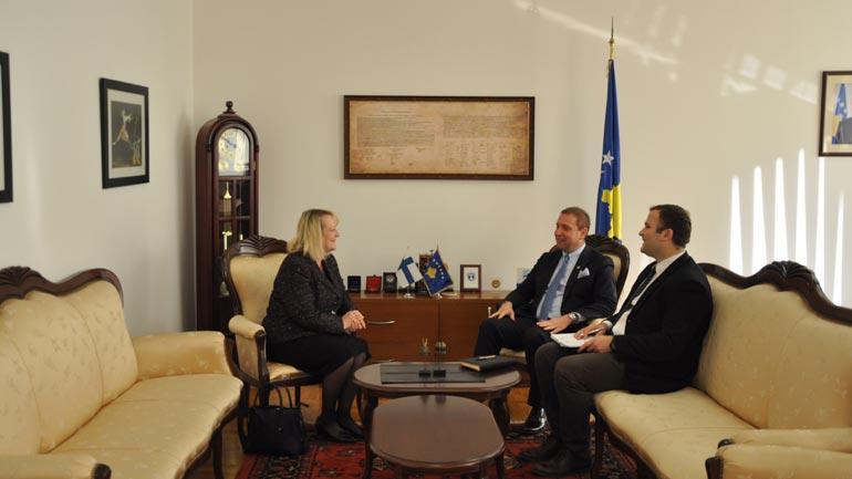Ministri Sefaj priti në takim ambasadoren e Finlandës në Kosovë