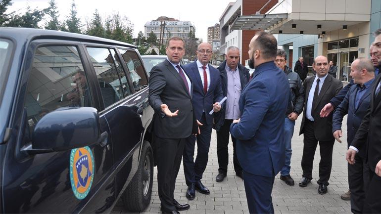 Ministri Sefaj dorëzoi vetura për shërbimet emergjente për tri komunat veriore