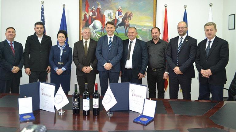 Medalje për fituesit e garës së dhjetë ndërkombëtare të verërave