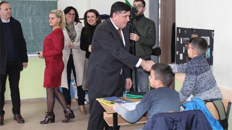 Lutfi Haziri ka vizituar shkollat e Gjilanit me rastin e fillimit të gjysmëvjetorit të dytë
