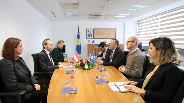 Ministri Bedri Hamza priti në takim ambasadorin e Austrisë në Kosovë Gernot Pfandler