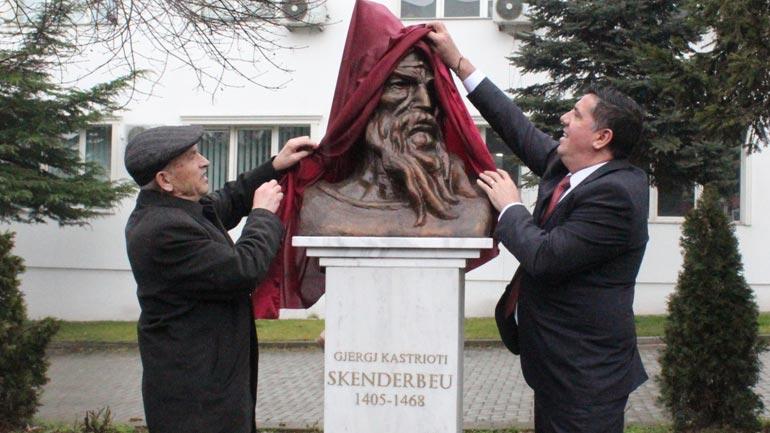 Në qendër të Gjilanit zbulohet busti i heroit kombëtar Gjergj Kastrioti – Skënderbeu