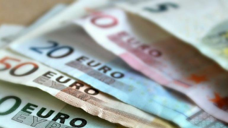 E mashtron se do t'ia mundësoj daljen në Rumani, ia merr 100€
