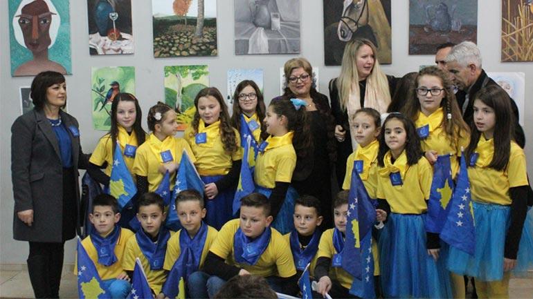 Fëmijët e Gjilanit e shënojnë jubileun e pavarësisë me një ekspozitë promovuese për Kosovën