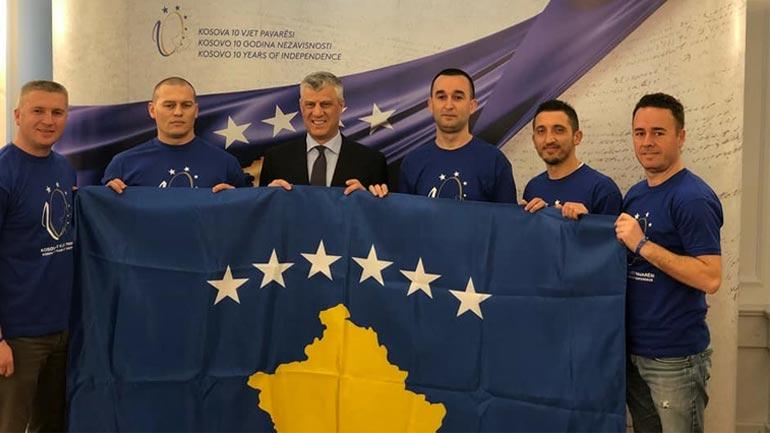 Kosovarët pushtojnë majën Kilimanxharo për nder të 10-vjetorit të pavarësisë