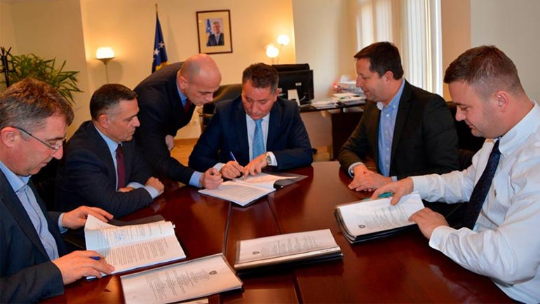 Ministri Lekaj nënshkruan kontratat e operatorëve për ndërtimin e autostradës Prishtinë-Gjilan
