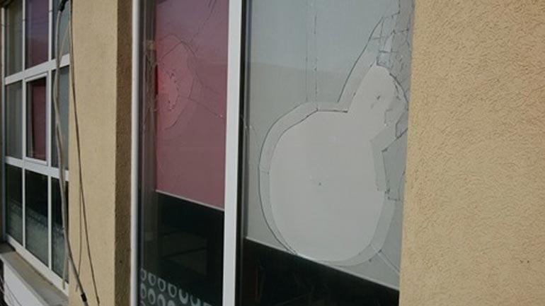 Vetëvendosje: Dëmtohen zyrat tona në Dardanë