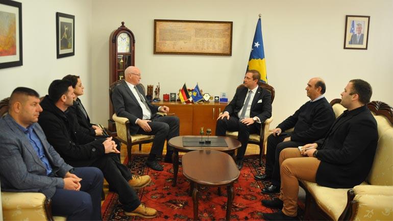 Ministri Sefaj priti në takim Manfred Richter ish-deputetin gjerman