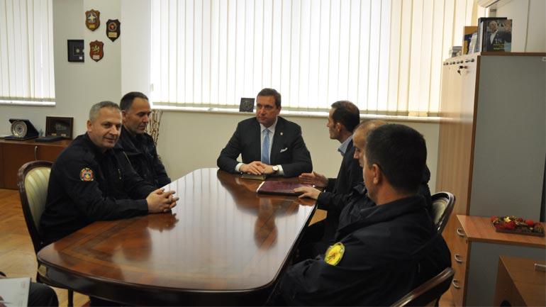 Ministri Sefaj priti në takim përfaqësuesit e Sindikatës së Zjarrfikësve të Kosovës