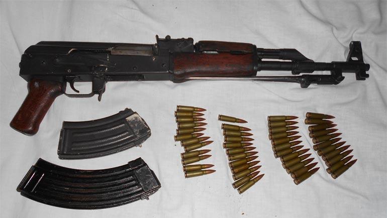 I bastiset shtëpia, i gjejnë dhe i konfiskojnë marihuanë, një AK-47, karikatorë me fishekë…