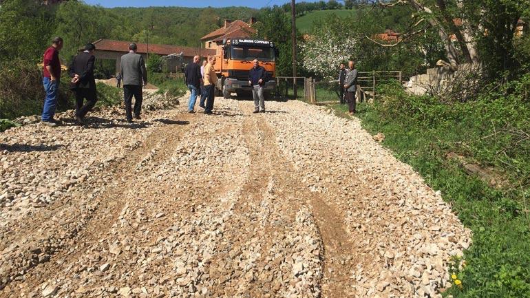 Në fshatin Shashare filluan punimet në asfaltimin e dy rrugëve