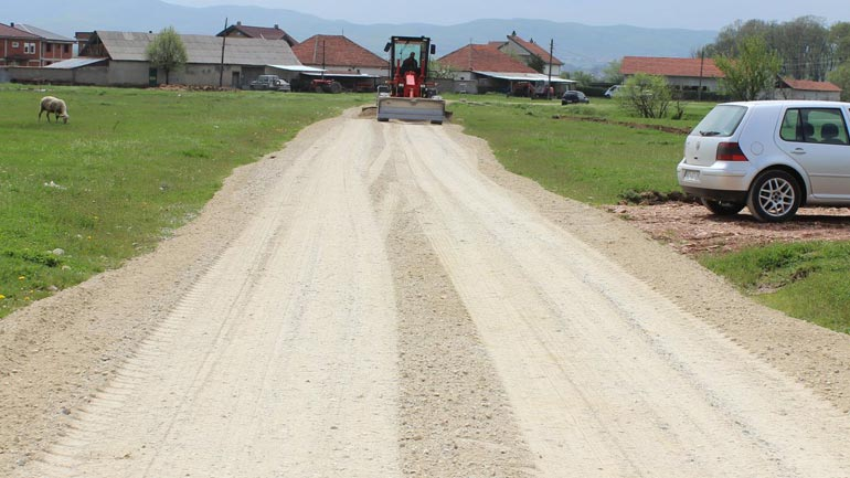 """Në Sllatinë të Poshtme filluan punimet në asfaltimin e rrugës """"Gjelbina"""""""