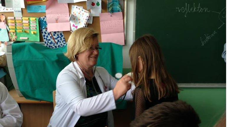 Vazhdojnë vizitat mjekësore sistematike të nxënësve nëpër shkollat e Vitisë