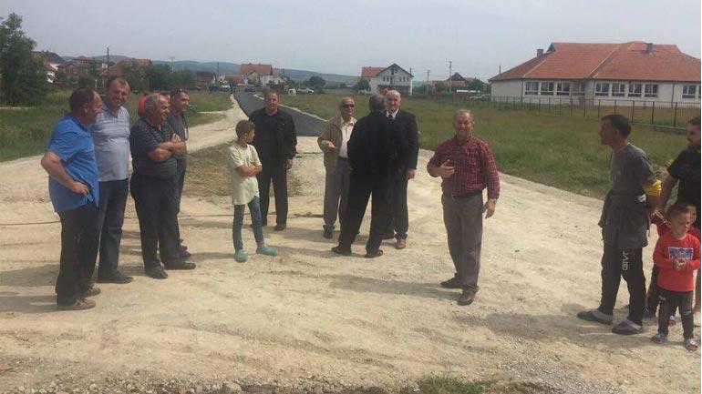 """Në Sllatinë të Poshtme asfaltohen rrugët """"Gjelbina"""" dhe """"Kuvendi i Sllatinës"""""""