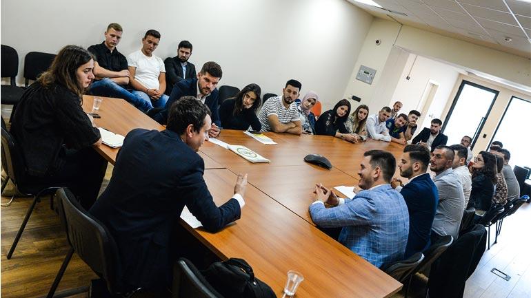 """Albin Kurti takoi studentë e të rinj nga organizata """"Shpresa"""" e Luginës së Preshevës"""