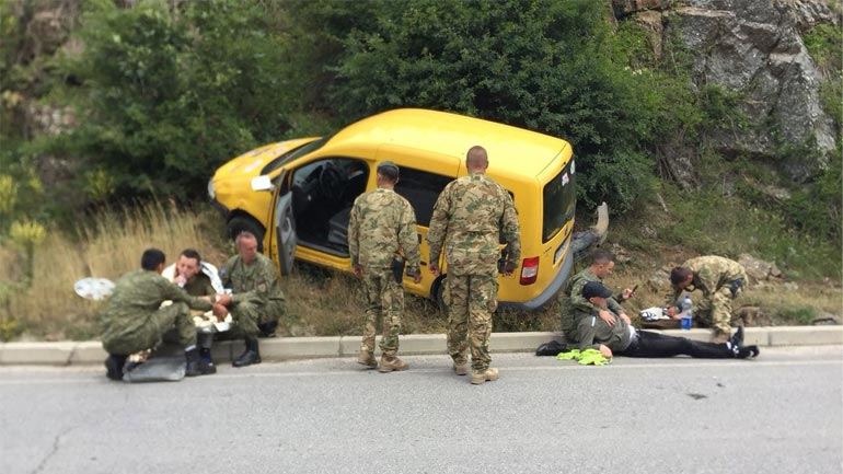 Pjesëtarë të FSK-së u japin ndihmën e parë dy personave të aksidentuar  në komunikacion