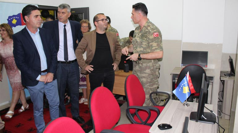 """Shkolla """"Rexhep Elmazi"""" në Gjilan, bëhet me kabinet të informatikës"""