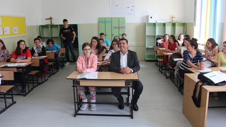 """Haziri viziton shkollën """"Musa Zajmi"""" për t'i uruar nxënësit për Ditët e Lirisë"""