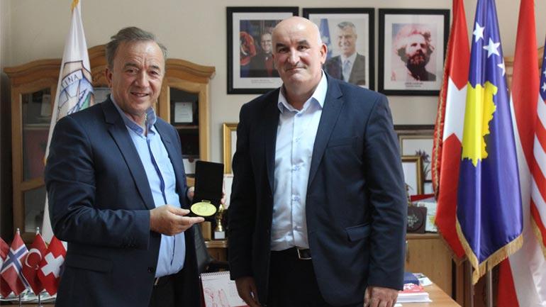 Don Viktor Sopi dekorohet nga kryetari Haliti