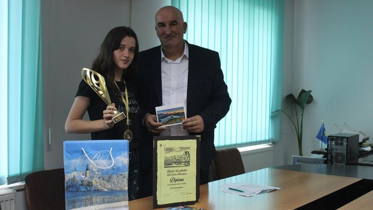 Kryetari Haliti priti në takim këngëtaren e re Erta Ramadani