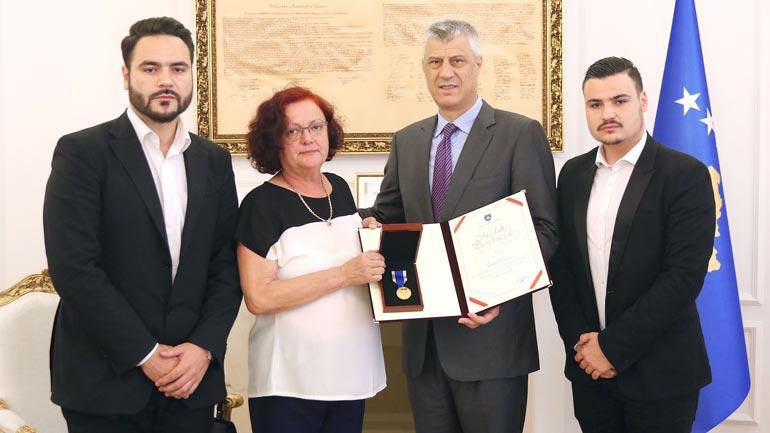 Thaçi dekoron Vokrrin me Medaljen Jubilare të Dhjetëvjetorit të Pavarësisë