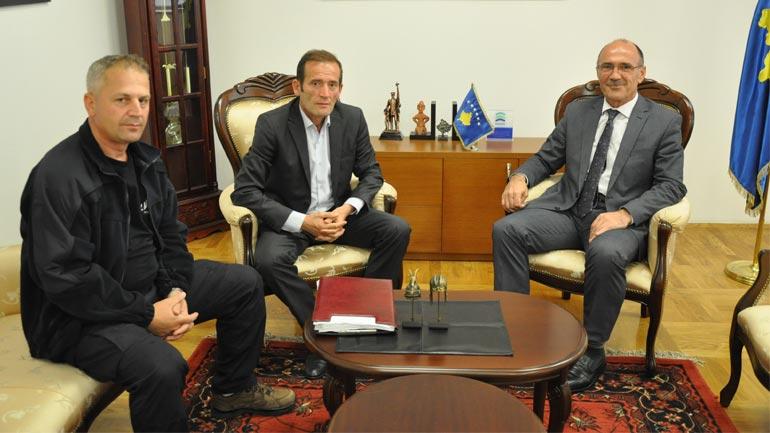 Ministri Gashi takoi përfaqësuesit e sindikatës së zjarrfikësve