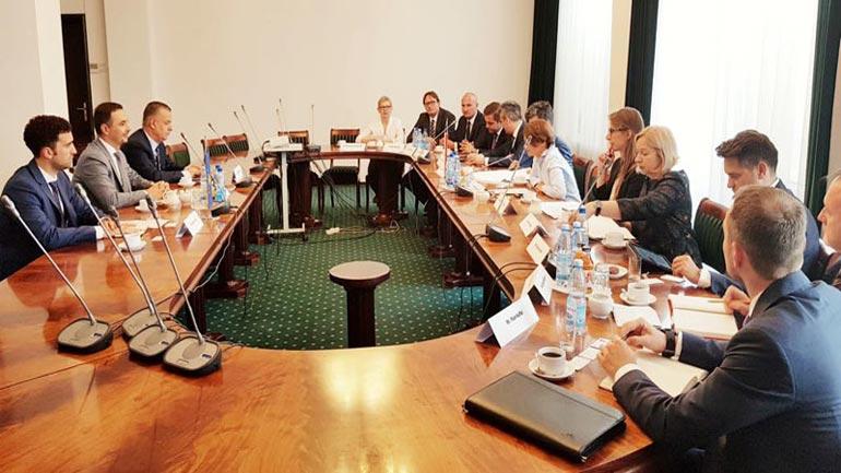 Ministri Valdrin Lluka po qëndron zyrtarisht në Varshavë