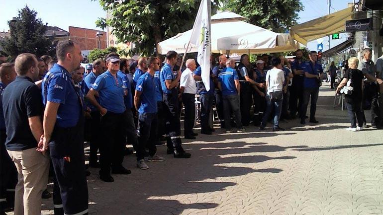 """Gjilan: Protestojnë para KEDS-it, paralajmërojnë """"terr"""" në shtator nëse nuk u plotësohen kërkesat"""