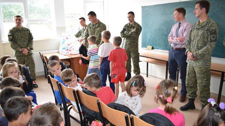 FSK-ja dhe Ambasada Amerikane ndajnë pajisje mësimore për nxënësit e shkollave në Janjevë dhe Ponesh