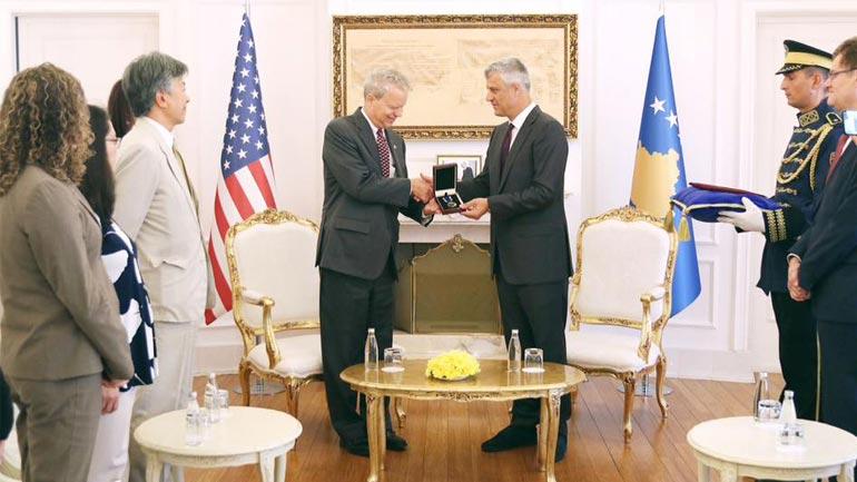 Me Medaljen e Dhjetëvjetorit të Pavarësisë nderohet ambasadori amerikan, Greg Delawie