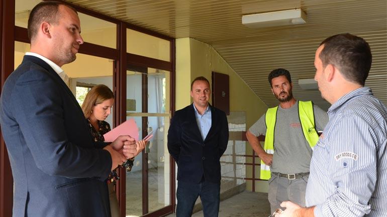 Kastrati i kënaqur me punët e renovimit të QKMF-së në Kamenicë dhe QMF-së në Hogosht