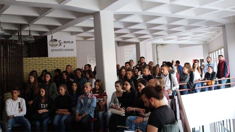 Kryetari i Vitisë takon studentët vitias, diskutohet mbi ndarjen e bursave