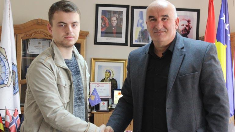 Kryetari Sokol Haliti priti në takim studentin e dalluar të mjekësisë, Arbër Avdiu