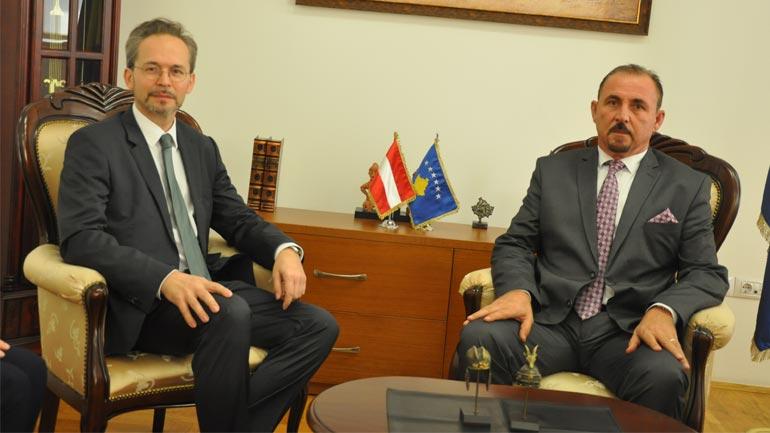 Ministri Mustafa priti në takim njoftues ambasadorin e Austrisë