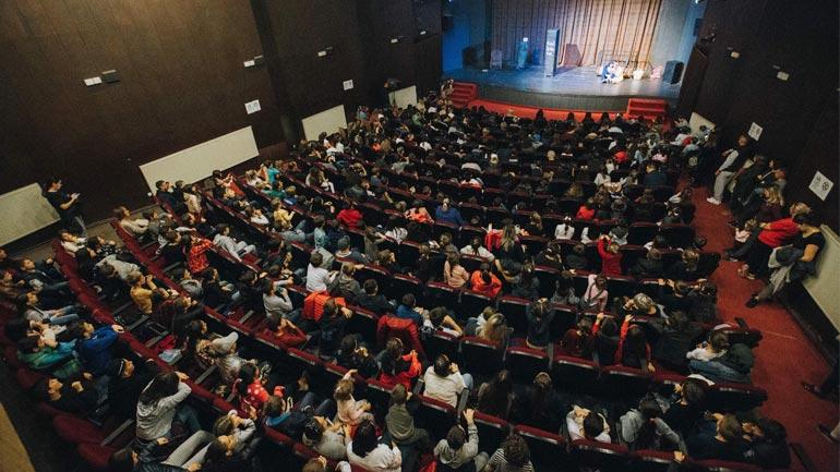 """Në Ditën e të dashuruarve, Teatri i Gjilanit jep shfaqjen """"Vrapo pas gruas tënde"""""""