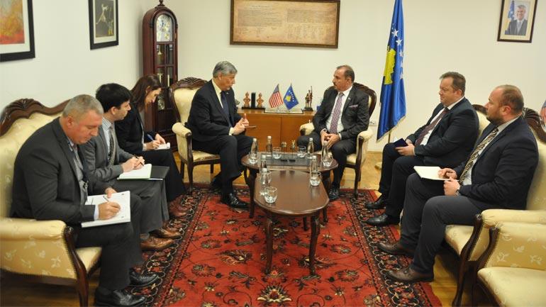 Ministri Mustafa priti në takim njoftues ambasadorin e SHBA-së në Kosovë