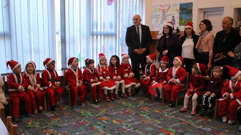 """Haliti vizitoi fëmijët e Çerdhes """"Gëzimi Ynë"""" me rastin e festës së Vitit të Ri"""