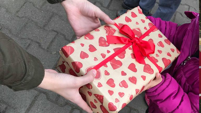 """Rotaract Club """"Anamorava""""  shpërndau dhurata për Vitin e Ri për fëmijët e komunitetit rom"""