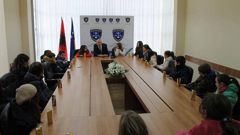 """Nxënësit e Shkollës Fillore """"Nazim Hikmet"""" vizitojnë Gjykatën Themelore në Gjilan"""