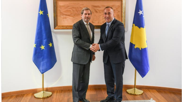 Kryeministri Haradinaj ka pritur në takim Komisionerin Hahn