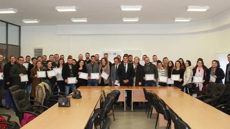 Gjilani, USAID dhe organizata HELP ndajnë certifikatat e trajnimit për të rinjtë